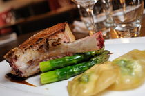 Grilled beef rib on asparagus with potatoes von Sami Sarkis Photography
