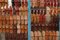 Display of slippers for sale at market von Sami Sarkis Photography