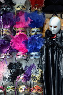 Traditional Venetian masks with feathers von Sami Sarkis Photography