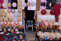 Shop Display of hats and crafts for sale von Sami Sarkis Photography