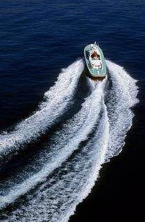 Speedboat and wake in the Mediterranean sea von Sami Sarkis Photography