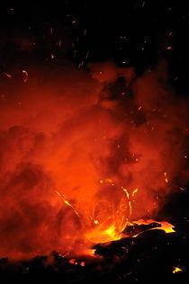 Explosion of molten lava flowing into ocean von Sami Sarkis Photography