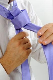 Man's hands adjusting tie von Sami Sarkis Photography