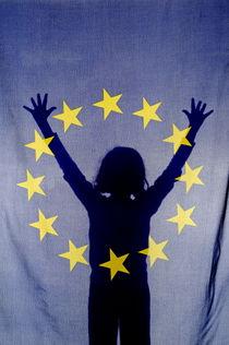 Silhouette of girl with arms raised behind European Union Flag von Sami Sarkis Photography