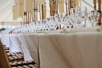 Water and Wineglasses on restaurant tables von Sami Sarkis Photography