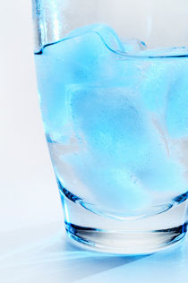 Ice cubes in glass von Sami Sarkis Photography