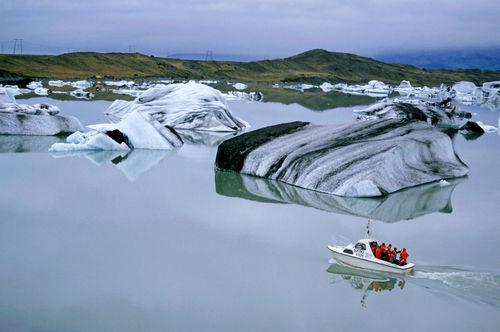Rf-boat-icebergs-iceland-lake-tourist-cor054