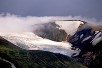 Snowy volcano crater in a remote part of Iceland. von Sami Sarkis Photography