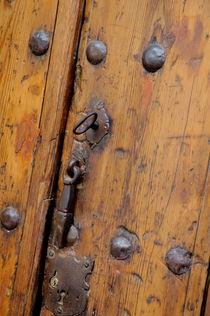 Wooden door and keyhole von Sami Sarkis Photography