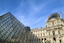 Courtyard and the Louvre Pyramid von Sami Sarkis Photography