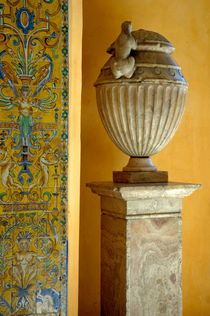 Faience tiles and a sculpted vase decorating the Patio del Crucero in the Alcazar of Seville von Sami Sarkis Photography