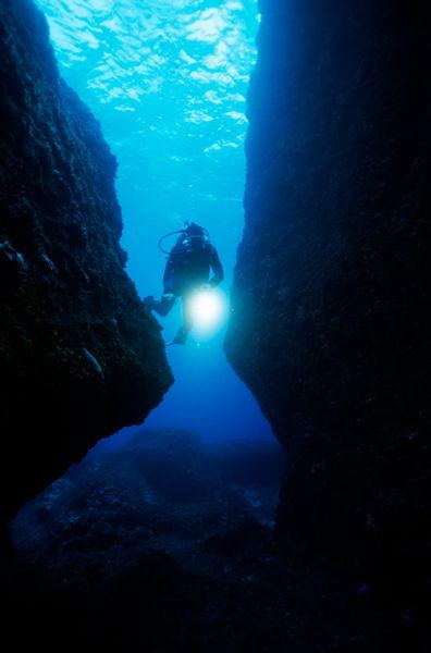 Rm-diver-light-ocean-floor-scuba-diving-sea-uw264