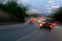 Cars moving on a highway as seen through a blurred windscreen von Sami Sarkis Photography