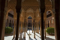 Tourists in the courtyard in the Patio de los Leones area at Alhambra von Sami Sarkis Photography