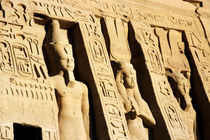 Giant statues outside the Ramses II and Queen Nefertiti Temple at Abu Simbel von Sami Sarkis Photography