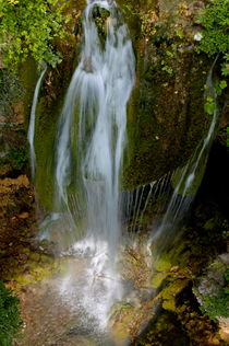 Little waterfall cascading among mossy rocks. von Sami Sarkis Photography