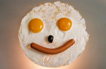 Fried breakfast of eggs and sausage made into a smiling face. von Sami Sarkis Photography