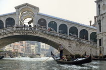 Gondola passing by the Rialto Bridge von Sami Sarkis Photography