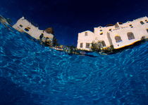 Blurred view of a hotel from underwater von Sami Sarkis Photography
