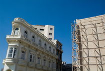 Colonial architecture next to a new building still under construction in Havana von Sami Sarkis Photography