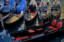 Empty gondolas floating on narrow canal von Sami Sarkis Photography