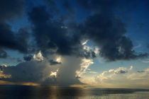 Sunrise over the clouds and sea von Sami Sarkis Photography