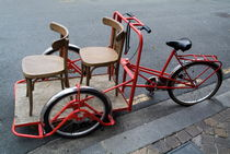 Two chairs on a red rickshaw von Sami Sarkis Photography