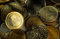 One euro coin among a pile of franc and deutsche mark coins. von Sami Sarkis Photography