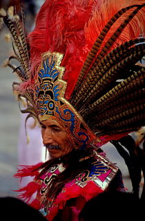 Man in traditional headdress to celebrate the Day of the Virgin of Guadalupe on December 12th in Mexico City von Sami Sarkis Photography