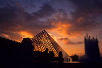 Silhouetted glass pyramid and buildings of the Musée du Louvre von Sami Sarkis Photography