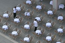 Waiters at empty cafe terrace on Piazza San Marco von Sami Sarkis Photography