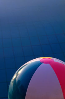 Inflatable beach ball floating in a swimming pool von Sami Sarkis Photography