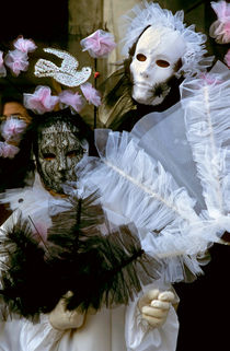 Portrait of two people wearing Venetian masks and costumes von Sami Sarkis Photography
