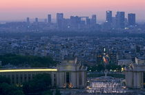 Trocadero Palace and the La Défense skyscrapers seen from the Eiffel Tower von Sami Sarkis Photography