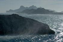 Waves crashing against Riou Island coast on a windy day von Sami Sarkis Photography