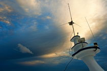 Antennas of a diver's cruise boat at sunset von Sami Sarkis Photography