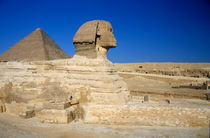 Profile of the Great Sphinx with the Great Pyramid of Giza in the background von Sami Sarkis Photography
