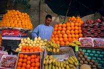 Market vendor selling fruit in a bazaar von Sami Sarkis Photography