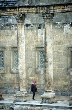 Rm-amman-ancient-columns-man-ruins-mon004