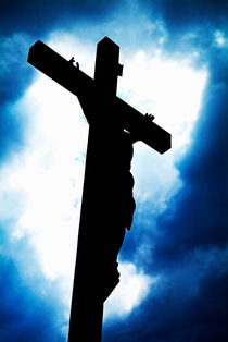 Silhouetted crucifix against a cloudy sky. von Sami Sarkis Photography