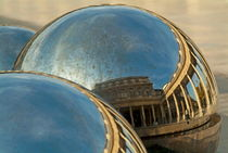 People and buildings reflected on the sphere sculpture within the gardens of the Palais-Royal von Sami Sarkis Photography