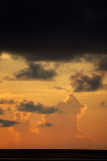 Sunrise in a cloudy sky over the sea von Sami Sarkis Photography