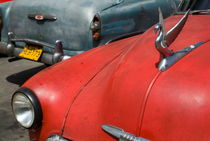 Classic American cars parked in the streets of Havana von Sami Sarkis Photography