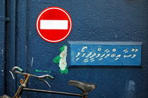'One Way' street sign above a parked bicycle von Sami Sarkis Photography