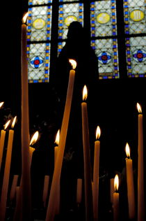 Candles burning inside the Basilica of the Saint Sauveur von Sami Sarkis Photography