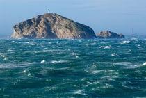 Waves crashing against Tiboulen de Maire Island on a windy day von Sami Sarkis Photography