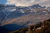 Snowy mountain summits above Capileira village in the Alpujarras mountains von Sami Sarkis Photography
