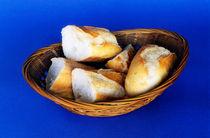 Basket of french baguette slices von Sami Sarkis Photography