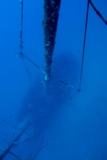 Looking down on the Le Voilier shipwreck underwater von Sami Sarkis Photography
