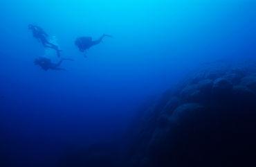 Rm-corsica-divers-exploring-reef-underwater-uw208